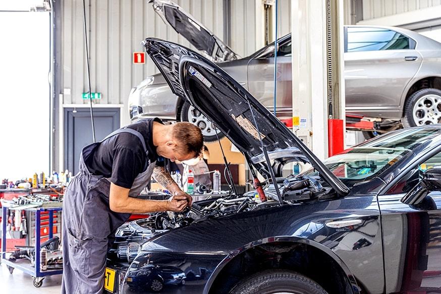onderhoudsbeurt auto: onder de motorkap